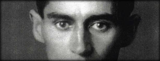 Φραντς Κάφκα: ο μοναδικός άνθρωπος που μπορεί να σε βυθίσει στο σκοτάδι, έχοντας όλα τα φώτα αναμμένα